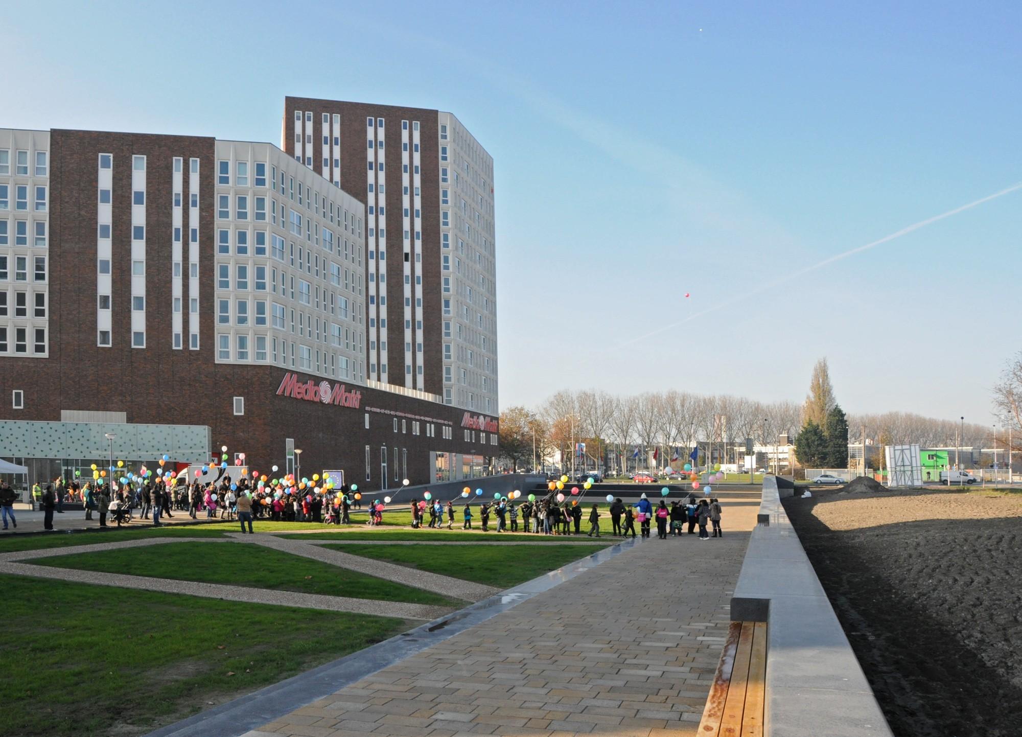 BKT_De_zwarte_hond_havensteder_nieuwbouw_woningbouw_appartementen_mediamarkt_sprangersbouw_overdracht_Rotterdam_Feyenoord_herstructurering_07.jpg